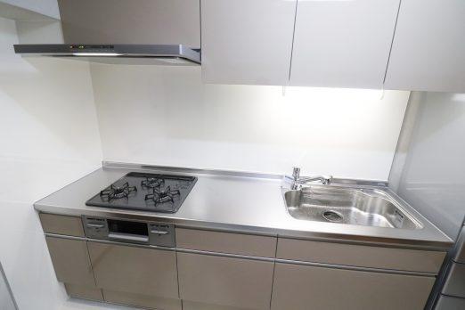 cb7bbe9170b614615bf78a7390c6e553 1 522x348 - お掃除しやすいキッチンリフォーム