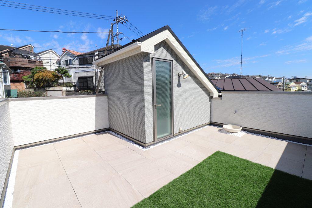 644c53b4eaa68c6ddccb638421d3f490 1 1024x683 - 斜面地に建つ屋上が自慢の家
